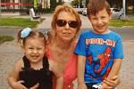 Jednou ze sedmi obětí střelce ve FNO byla i čtyřiašedesátiletá Dana Telnarová, na snímku se svými vnoučaty.