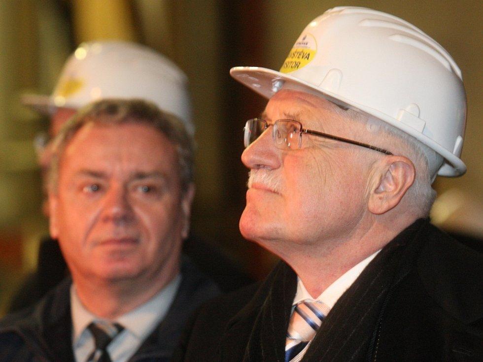 Prezident Václav Klaus při návštěvě holdingu Vítkovice.