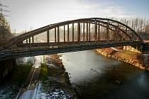 LÁVKA by mohla stát mezi železničními mosty.