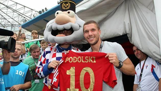 Lukas Podolski, fotbalový mistr světa z roku 2014, si v sobotu od 17 hodin odbude premiéru v dresu Górniku Zabrze. V ligové generálce proti Baníku Ostrava.