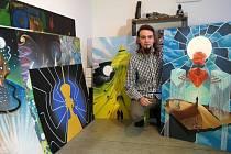 Lukáš Hehejík s dílem pro Matěje Rupperta z Monkey Business a dalšími malbami v paneláku v Přívoze před odjezdem do Prahy.