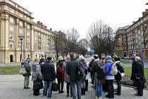 Hosté z tuzemska i zahraničí si v sobotu 19. března mimo jiné prohlédli, jak vypadá architektura socialistického realismu v Porubě.
