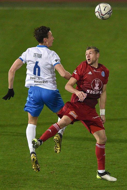 Utkání 13. kola první fotbalové ligy: FC Baník Ostrava - Sigma Olomouc, 18. prosince 2020 v Ostravě. (Zleva) Daniel Tetour z Ostravy a Radim Breite z Olomouce.