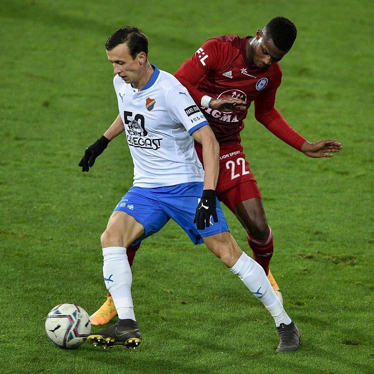 Utkání 13. kola první fotbalové ligy: FC Baník Ostrava - Sigma Olomouc, 18. prosince 2020 v Ostravě. (Zleva) Daniel Tetour z Ostravy a Florent Poulolo z Olomouce.
