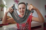 11letá Nikola z Ostravy-Poruby při tvoření se slizem.