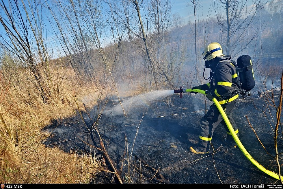Hasiči na haldě bojovali s zatím největším letošním požárem trávy.