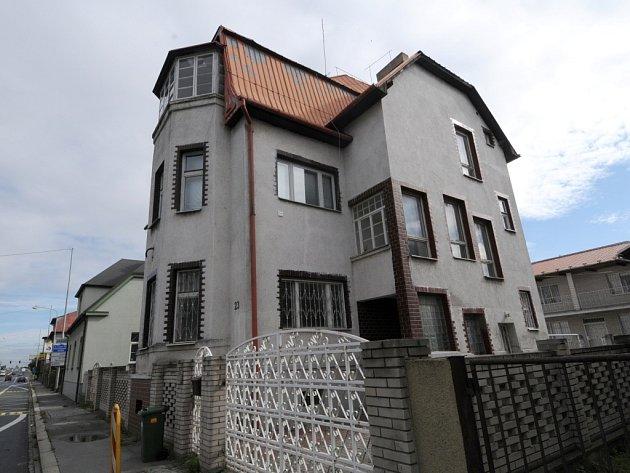 V tomto domě na Rudné ulici v Ostravě-Zábřehu ostravští policisté počátkem října zatkli Američana podezřelého z účasti na stomilionové krádeži šperků.