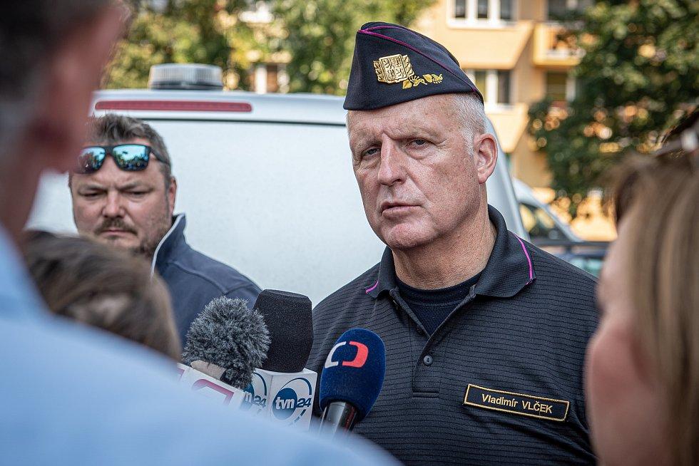 Panelový dům v Bohumíně následující den po požáru bytu, při kterém v sobotu 8. srpna 2020 zahynulo 11 lidí. Šéf moravskoslezských hasičů Vladimír Vlček při rozhovoru s novináři..
