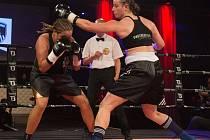 Remízu vybojovala v Antverpách ostravská boxerka Ester Konečná (vpravo) proti domácí Najat Hasnouni.