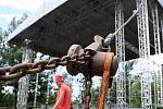 V hlavních dějištích festivalu Colours of Ostrava ve středu vrcholily přípravy.