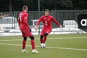 Milan Baroš z Ostravy (uprostřed) se snaží prosadit mezi fotbalisty Plzně.