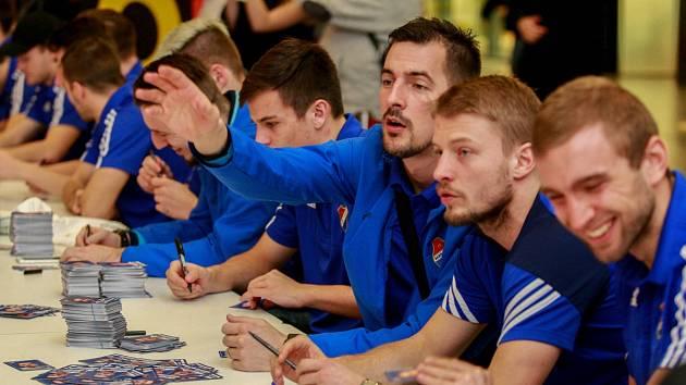 Autogramiáda fotbalistů Baníku Ostrava v OC Forum Nová Karolina.