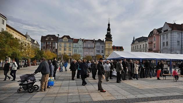 Závěrečný happening Dnů proti chudobě na Masarykově náměstí v Ostravě.