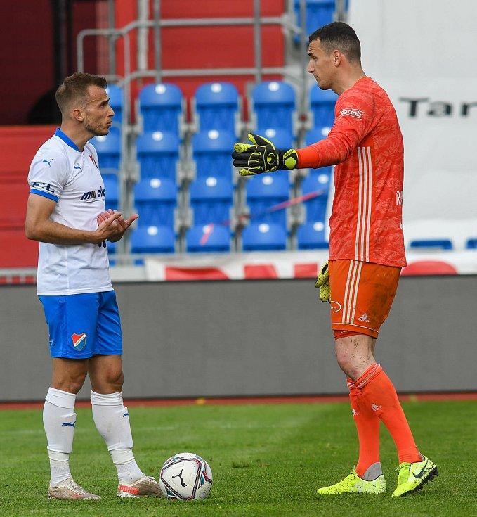 Fotbalisté Baníku Ostrava bojovali 15. května 2021 v utkání 32. ligového kola se Zlínem. Domácí Nemanja Kuzmanovič a gólman hostí Matěj Rakovan.