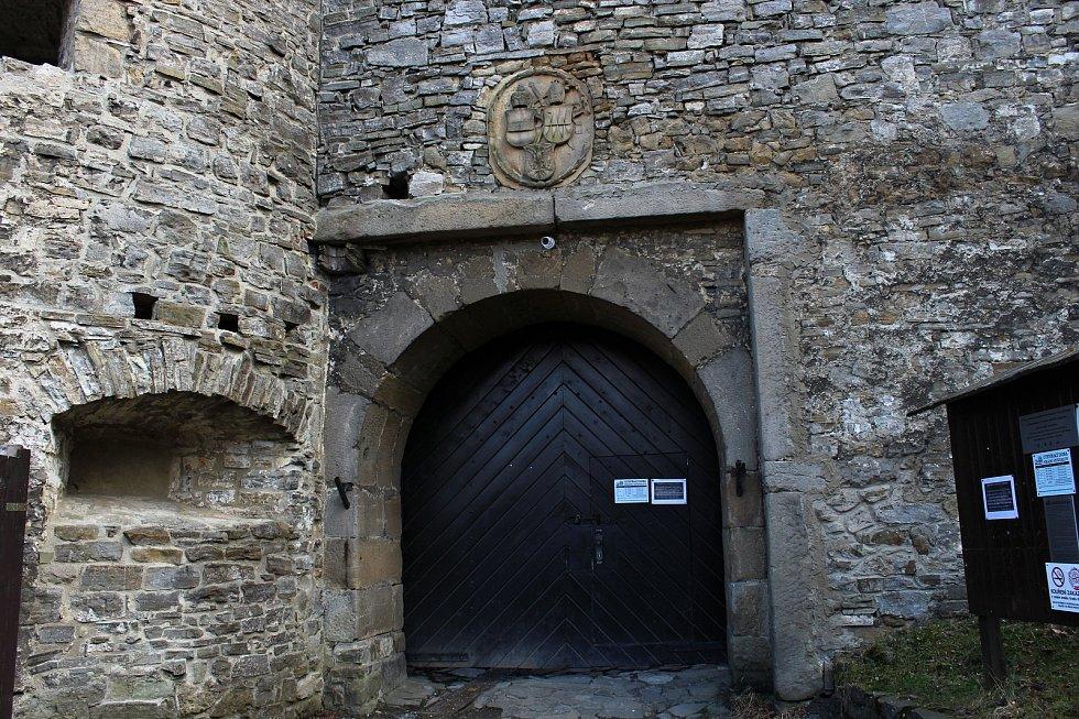 Hezké počasí vylákalo v neděli 4. dubna 2021 k procházce do obory a na hrad v Hukvaldech desítky lidí.