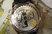 Pod modelem autíčka za třicet dolarů se ukrývaly hodinky v hodnotě 400 tisíc korun.