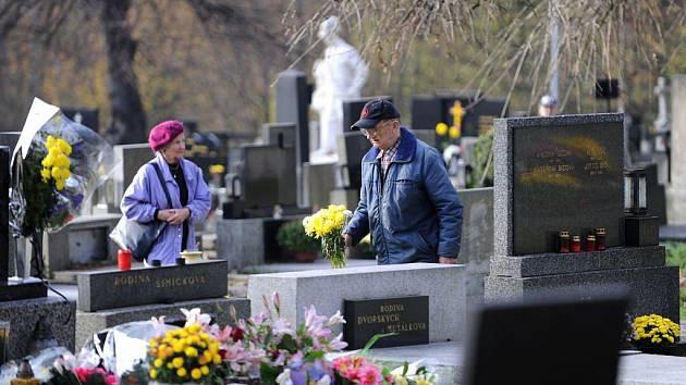 Zapálit svíčky, položit na hroby svých příbuzných a známých květiny, a uctít tak jejich památku. Ačkoliv mnoho lidí využilo k návštěvě hřbitovů už uplynulý víkend, plno tam bylo také v úterý, tedy v den, na který Památka zesnulých v kalendáři připadá.