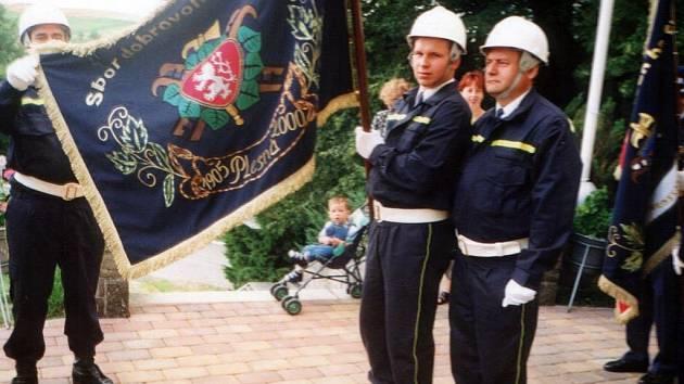 U příležitosti pětadevadesátého výročí založení sboru si Plesenští nechali vyšít svůj vlastní prapor, kterým se prezentují při nejrůznějších hasičských akcích