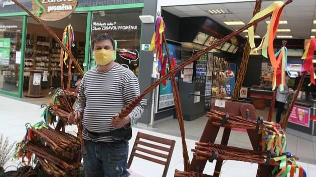 Prodej tradičních velikonočních doplňků Radoslav Šimon ani v časech koronavirové pandemie a omezujících opatření nevzdává.