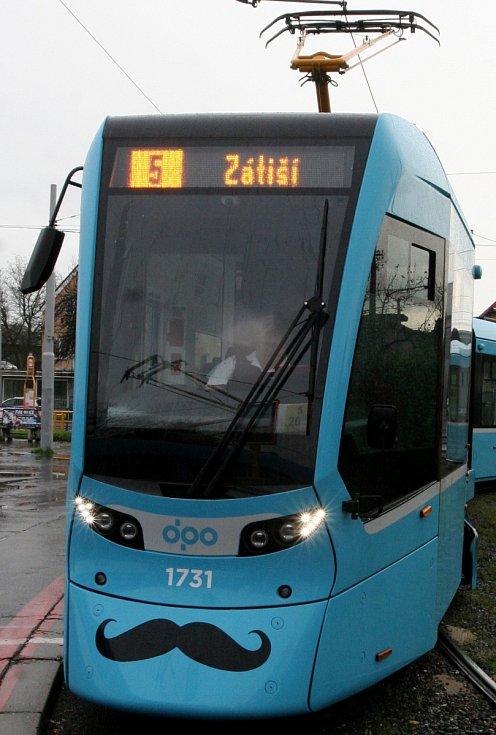 """Ulice Ostravy brázdí """"kníraté"""" tramvaje."""