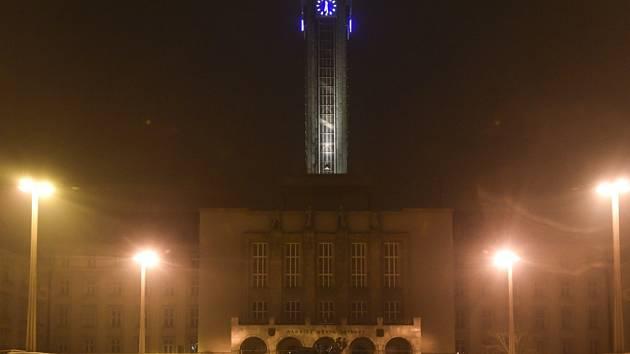 Věž nové radnice v Ostravě se v sobotu rozzářila dozlatova.