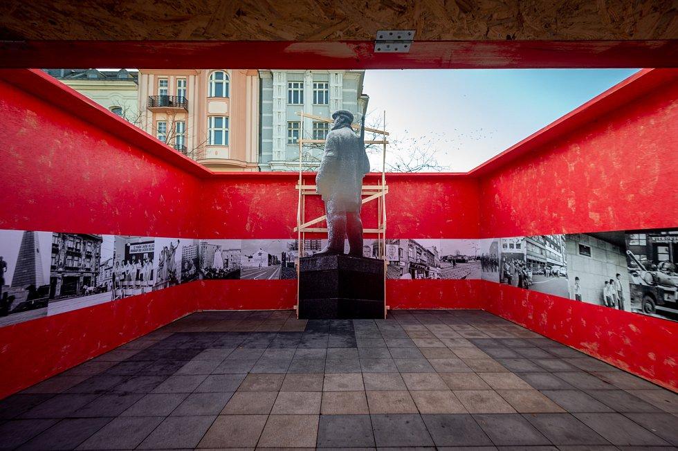Na Masarykovo náměstí se dočasně vrátil i zasmušilý hlídač - milicionář, 14. listopadu 2019 v Ostravě.
