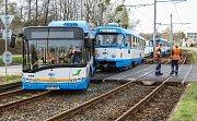 Srážka autobusu s tramvají Ostravě-Martinově.