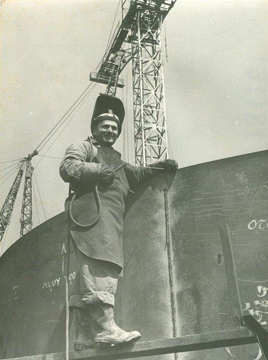 Svařování prstence pro předehřívač vzduchu pro vysokou pec č. 3 (30.7.1958).