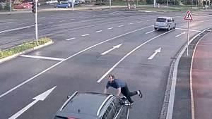 Jednání muže zachytila kamera.