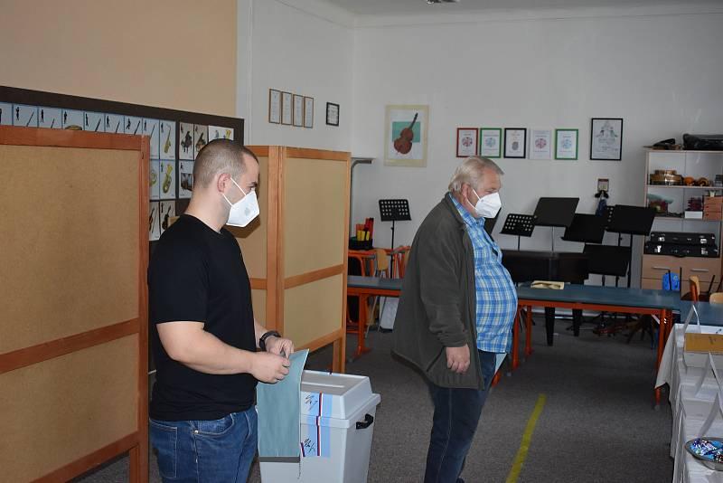 Milan Kašuba starší a jeho syn Milan vstoupili do volební místnosti jako první.