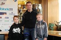 Jirka Holcman a Samuel Trantin si přáli setkat se s fotbalistou Baníku Václavem Svěrkošem. Deník jim jejich přání splnil.