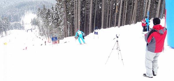Závody lákaly mnoho lyžařů. Mnozí znich se do sjezdu na vytyčené trati položili jako zkušení sjezdaři.
