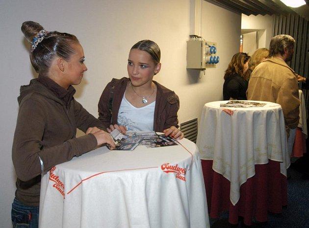 Kristýna Žižková (vlevo) a Zuzana Burská se staly se svými partnery vítězi ve standardních tancích juniorů