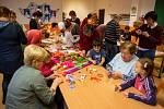 Tvořivá dílna ve Svinově pro seniory a předškolní děti. Těm nechybí hravost a nápady, senioři zase poskytnou zručnost a zkušenosti.