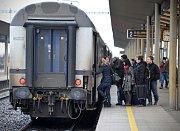 Ledovka i nadále působí komplikace. Vlaky nabíraly značné zpoždění už v pondělí, některé byly odstaveny zcela.