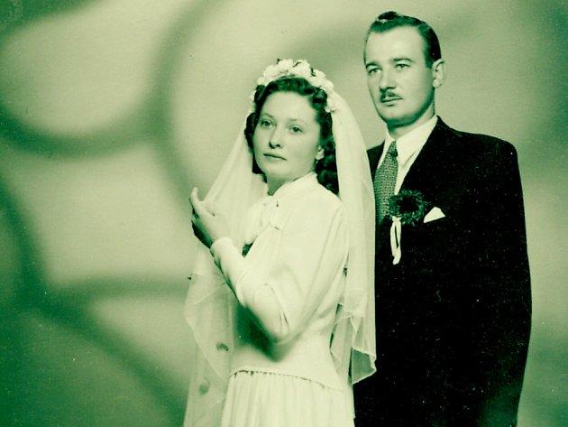 Svatební fotografie manželů Míčkových z 1. října 1949.