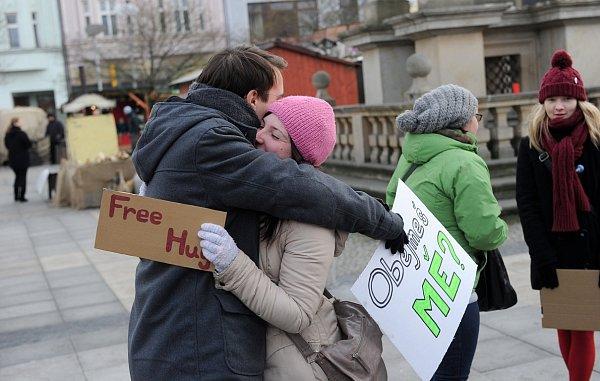 Studenti Vysoké školy Báňské rozdávali na Masarykově náměstí vOstravě objetí neznámým lidem a dárky, aby šířili sváteční, vřelou a přátelskou atmosféru.