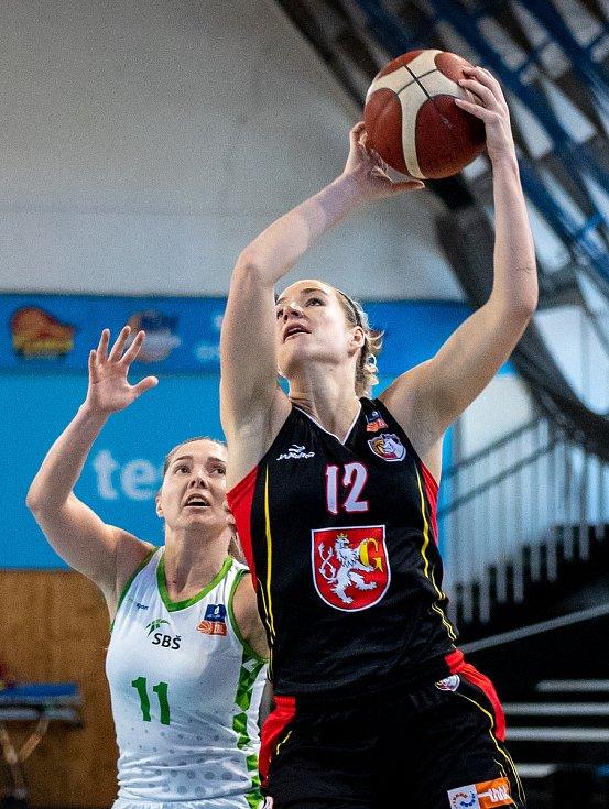 Utkání 12. kola Ženské basketbalové ligy: SBŠ Ostrava - Sokol Hradec Králové, 3. ledna 2021 v Ostravě. Tereza Motyčáková z Ostravy a Klára Marečková z Hradce Králové.