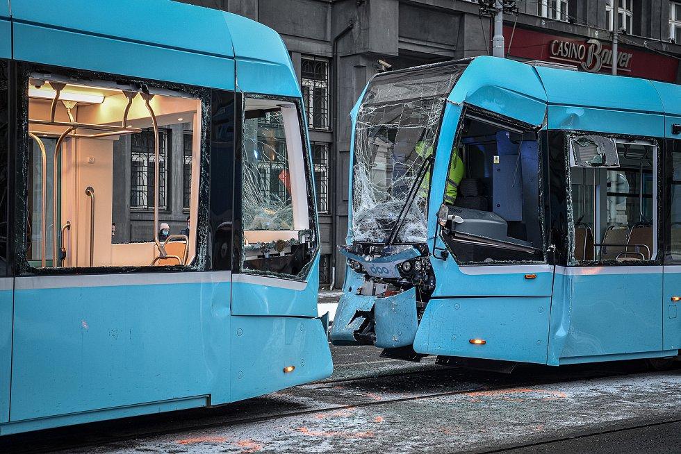 Srážka tramvají na křižovatce ulic 28. října a Nádražní (poblíž zastávky Elektra), 15. ledna 2021 v Ostravě.