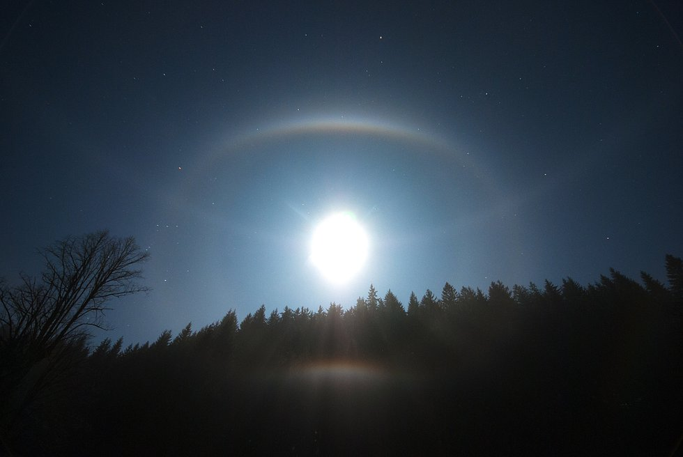 Halový jev u Měsíce v úplňku.