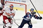 Utkání 15. kola hokejové extraligy: HC Vítkovice Ridera - Mountfield Hradec Králové, 9. listopadu 2020 v Ostravě. (zleva) Richard Nedomlel z Hradce Králové a Jan Schleiss z Vítkovic.