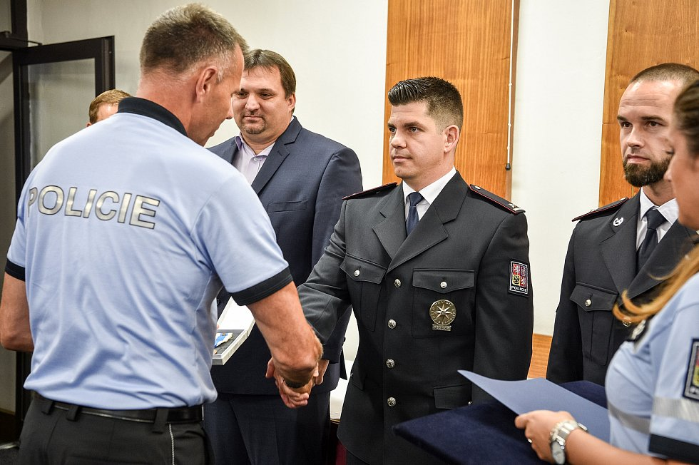 Ředitel moravskoslezské policie Tomáš Kužel předal v pondělí 24. srpna 2020 ocenění zachráncům policisty, kterého v Beskydech zasáhl blesk.