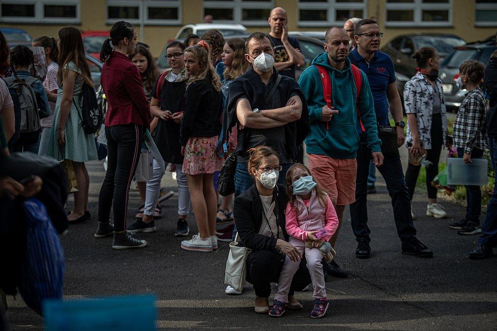 Poslední školní den a rozdání vysvědčení na základní škola Ostrčilova v Ostravě. Žáci ZŠ musí mít povinně roušky při vstupu do budovy školy, jako opatření k šíření koronavirového onemocnění COVID-19.
