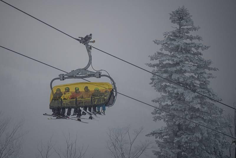 Lyžařská resort Szczyrk Mountain Resort, 12. února 2021 v Szczyrk, Polsko. Od 12. února budou v Polsku s omezenou kapacitou po dobu dvou týdnů podmíněně otevřeny hotely, kina, divadla, filharmonické sály a opery, bazény a sjezdovky.