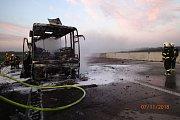 Požár autobusu na D1 u Bohuníma.