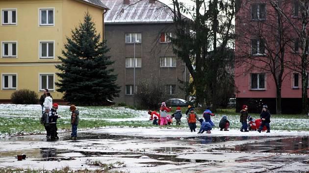 Prostor, který by měl být na Foerstrově ulici v Ostravě zastavěn, slouží k procházkám a hrám zdejším dětem