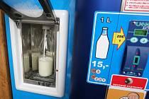První automat na čerstvé mléko v Ostravě v Heřmanicích na Koněvově ulici. Ilustrační foto.