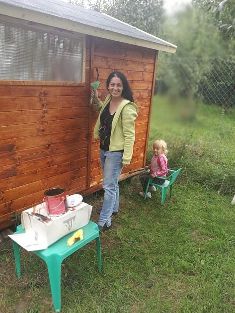 Aki zvýběhu sledoval natěračské práce na zahradním domku.