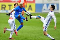 Fotbalisté Baníku Ostrava vyhráli čtvrté ligové utkání v řadě. V úterním duelu 12. kola zvítězili v Mladé Boleslavi 3:1. Ve městě škodovek na něj dosáhli po dvanácti letech. Na snímku v modrém De Azevedo, autor gólu a asistence.