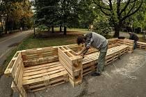 Netradiční městský mobiliář mají v Ostravě-Porubě mezi ulicemi Alžírská a Bulharská. Je vyrobený z palet a jeho tvůrcem je Zdeněk Mikulenka z ostravské firmy specializující se právě na výrobu tohoto nábytku.